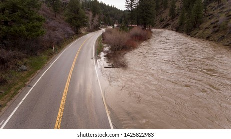 water is flooding from the river onto the street