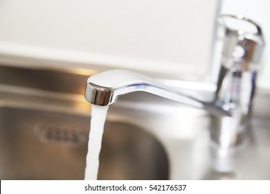 Water flowing faucet