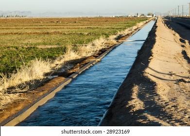 Wasser, das in einem Bewässerungskanal in Arizona fließt