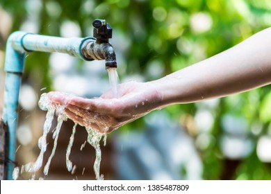 Water in the hand, Women open the water