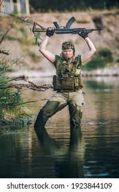 Wasserüberlebenstraining. Militärischer Frauensoldat mit Maschinengewehr. Shooting und Waffen. Schießstand im Freien