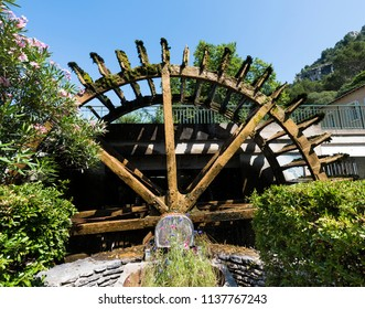 Water wheels on the River Sorgue in Fontaine de Vaucluse. Provence, France, Europe