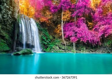 Водопад в осеннем лесу в национальном парке Эраван, Таиланд