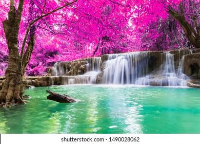 Las hojas coloridas de cascada en verano es una hermosa cascada con agua clara, fluida, suave, verde esmeralda, adecuada para relajarse, jugar,