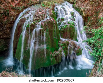 A waterfall that drips down, with long exposure time