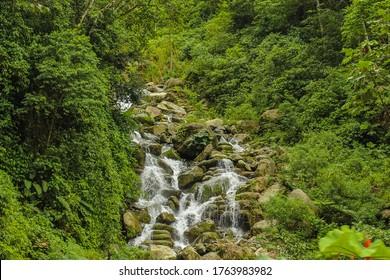 Wasserfall im tropischen Regenwald Kolumbiens.