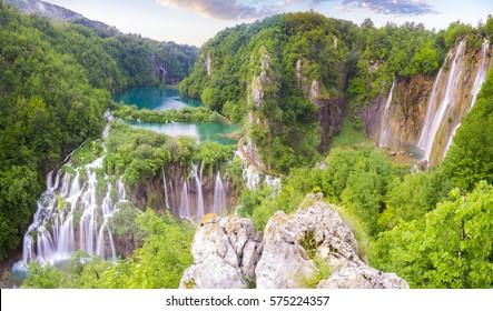 Cascadas en el Parque Nacional de los Lagos de Plitvice, amanecer sobre el agua