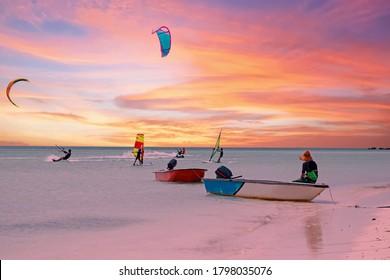 Wassersport am Palm Beach auf der Insel Aruba im Karibischen Meer bei Sonnenuntergang