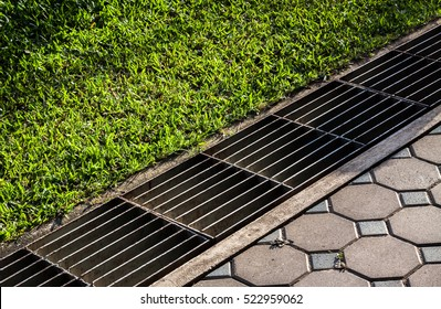 Merveilleux Aqueduct Between Nature And City. Iron Grate Of Water