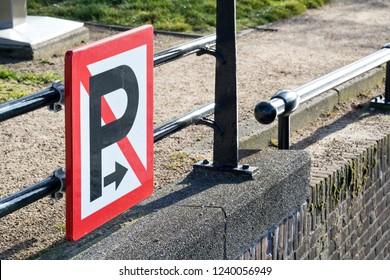waterway sign: no mooring or anchoring