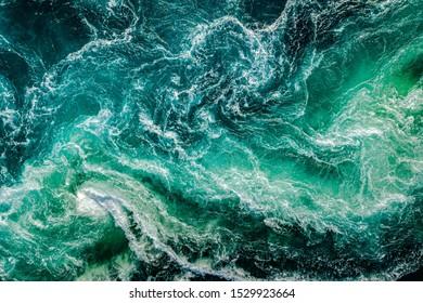 Wellen von Wasser des Flusses und des Meeres treffen sich bei Flut und Ebbe. Whirlpools des Mahlstroms von Saltstraumen, Nordland, Norwegen