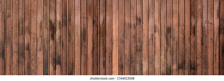 Witterungsverhältnisse aus brauner Panoramawand aus vertikalen Platten