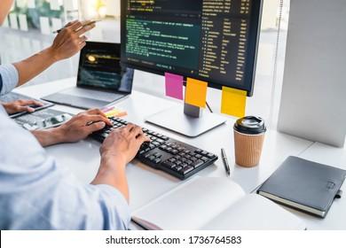 Webprogrammierer, der über die Verwaltung von Prototypen diskutiert.