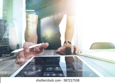 Concepteur de sites web travaillant sur tablette numérique et smartphone et diagramme de conception graphique sur bureau en bois en tant que concept