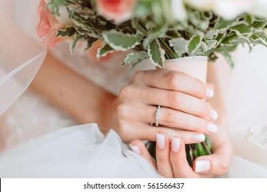 Hochzeitsstrauß mit Blumen in den Händen von Brauten