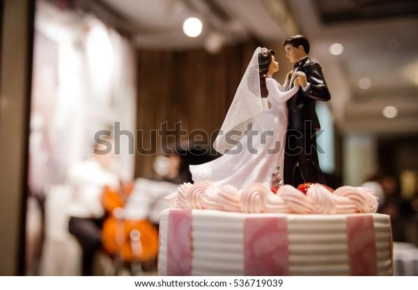 wedding cake with couple