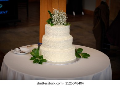 Wedding cake on the round table