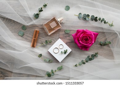 Hochzeitskarte mit Hochzeitszubehör: Parfume, Ringe, dekorative Kosmetik, Blumen, Schleier. Flachlage