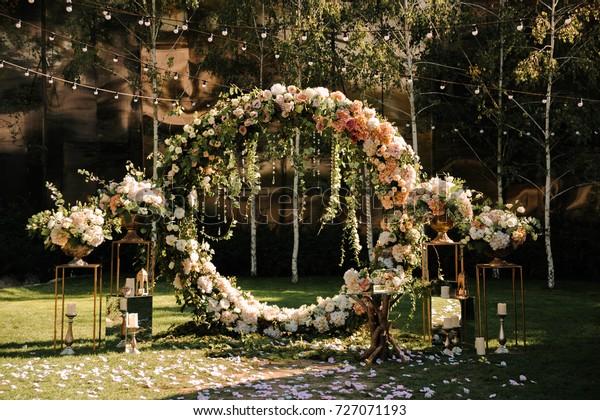 Wonderbaar Bruiloft. Huwelijksceremonie. Boog. Boog, versierd met: stockfoto XX-69