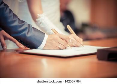 Cerimônia de casamento. Casal de casamento deixando suas assinaturas