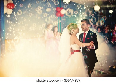 Wedding dance with smoke and bubbles