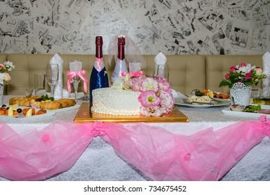 wedding decor for honeymooners in restaurant