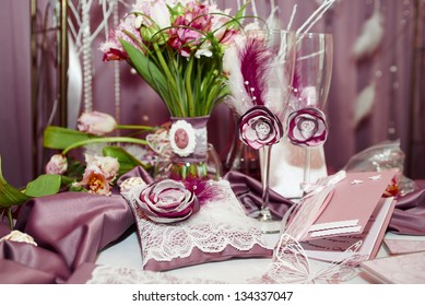 Wedding decoration set with bucket, glasses and pillow in lace