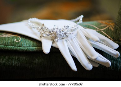 wedding glovers with beautiful necklace
