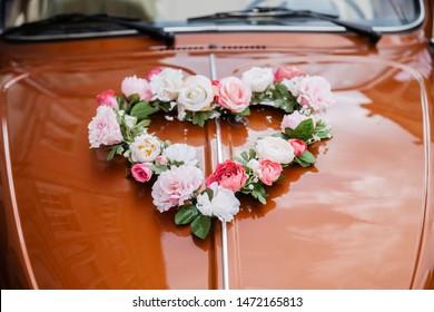 wedding heart-shaped rose decoration on a car hood
