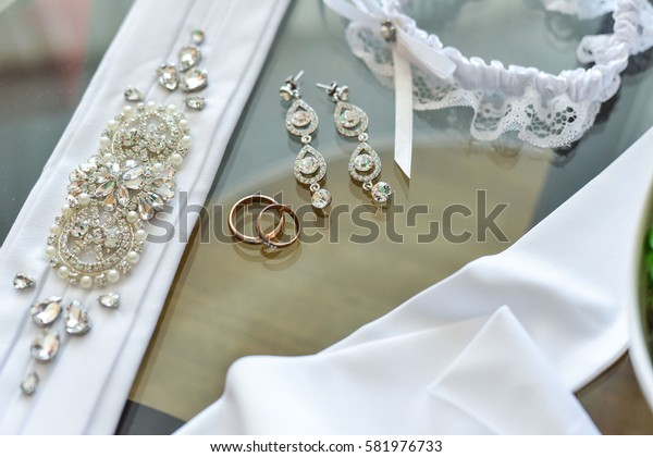 wedding rings in a basket for rings