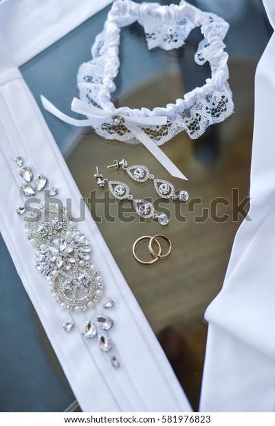 wedding rings in a basket for rings