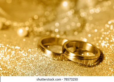 Wedding rings in gold and pearls