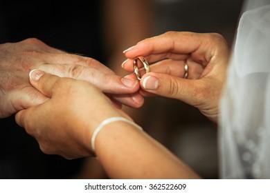 Wedding rings pull