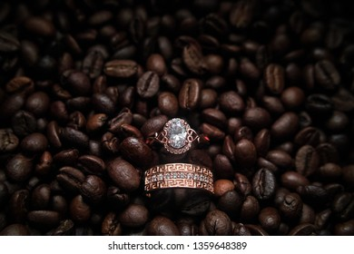 Wedding rings in red gold in coffee beans