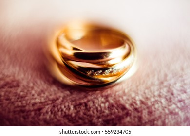 The wedding rings stand on the table