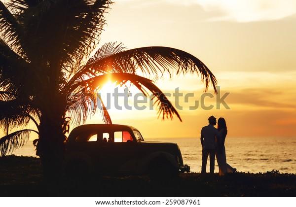 Hochzeitssonniges Paar auf Kuba in Meeresnähe