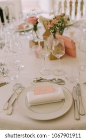 Wedding Table decoration arrangement with pink roses ang gypsophilia white napkin