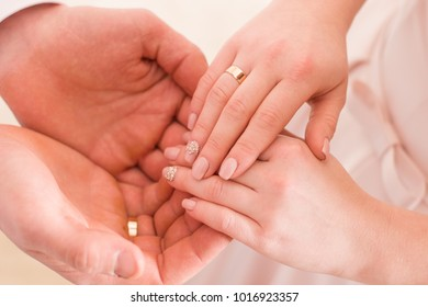 weeding rings hands