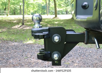 Weight distribution trailer hitch hooked to a truck