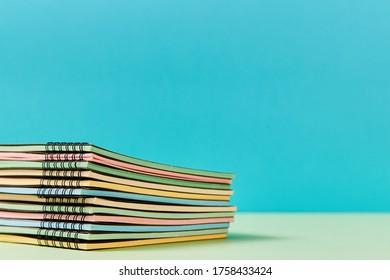 Bienvenue à l'école. Début de la scolarité. Pile de nouveaux livres-copies avec des pages colorées. Papier à lettres. L'heure de l'école