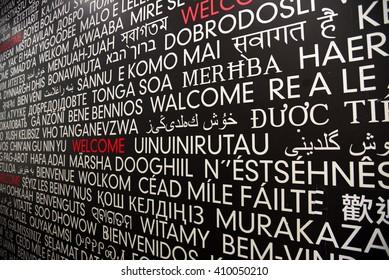 Bienvenue dans de nombreuses langues écrites sur un mur