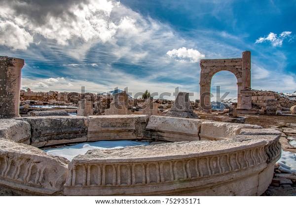 Bienvenidos a Sagalassos. Isparta, Turquía. ¿Visitar las extensas ruinas de Sagalassos, en medio de los altibajos de Ak Da? (Montaña Blanca), es acercarse al mito: la antigua ciudad en ruinas, enclavada en un lugar sombrío