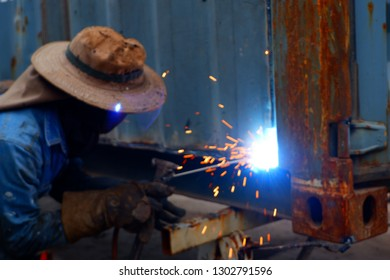 A welder connected to the wall without using a protective mask using an electric welder.