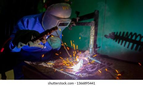 A welder make a assembly process by using arc welding