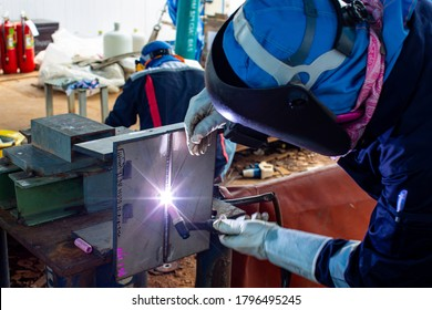 Welding argon male worker metal is part plate stainless