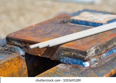 Welding electrodes on metal constructions
