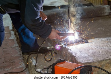 Welding work with electrodes at home using an inverter.