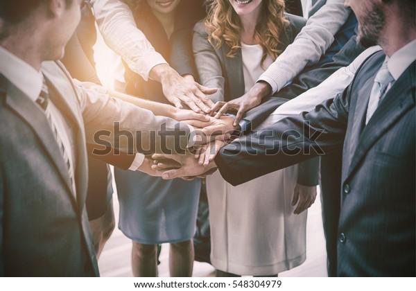 Gut gekleidete Geschäftsleute mit gestohlenen Händen im Büro