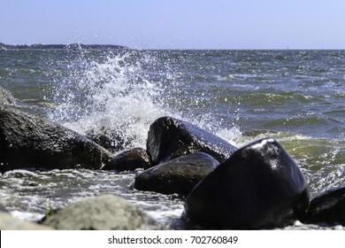 Wellen die an Steinen im Ostsee Wasser brechen!