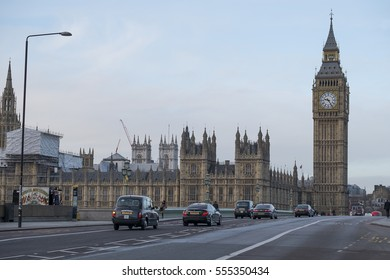 Westminster Bridge. 13th January 2017. Traffic and pedestrians crossing Westminster Bridge in central London on January morning